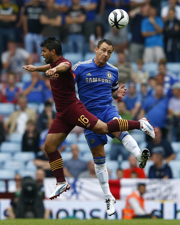 Manchester City's Sergio Aguero (L)