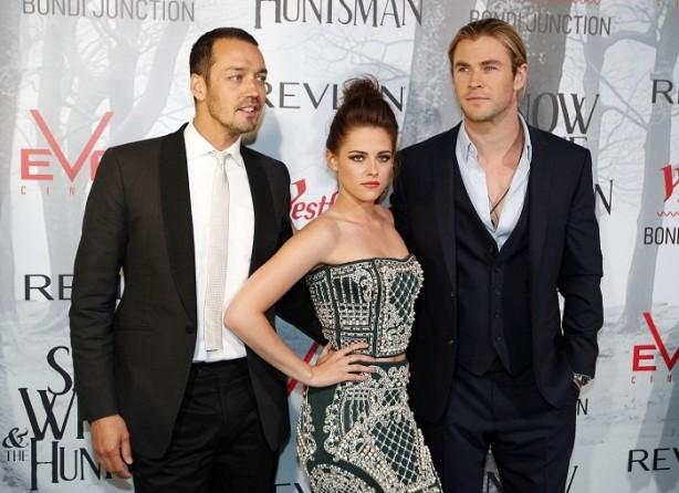 Kristen Stewart with actor Chris Hemsworth and Rupert Sanders