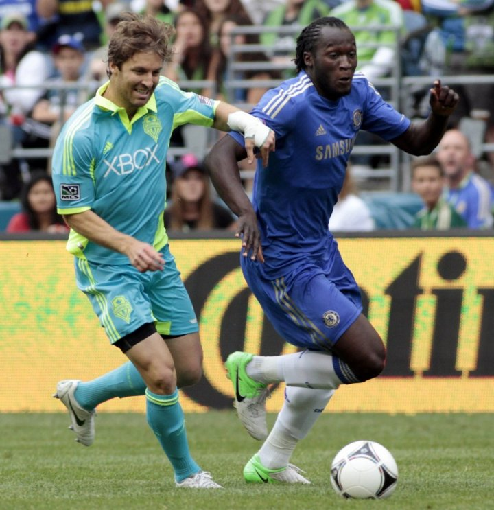 Chelsea's Romelu Lukaku (R)