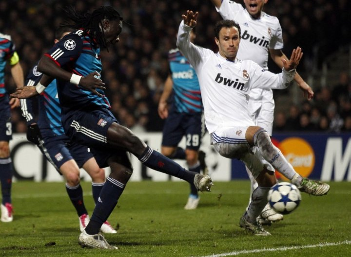 Real Madrid's Ricardo Carvalho (R)
