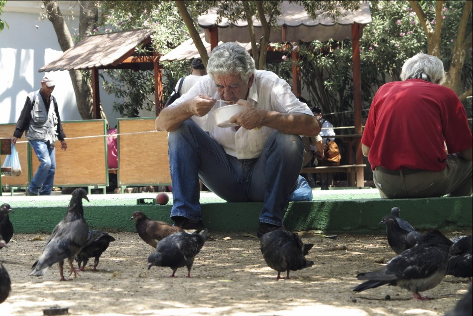 A man eats his meal at a soup kitchen for the poor in central Athens (Photo: Reuters)
