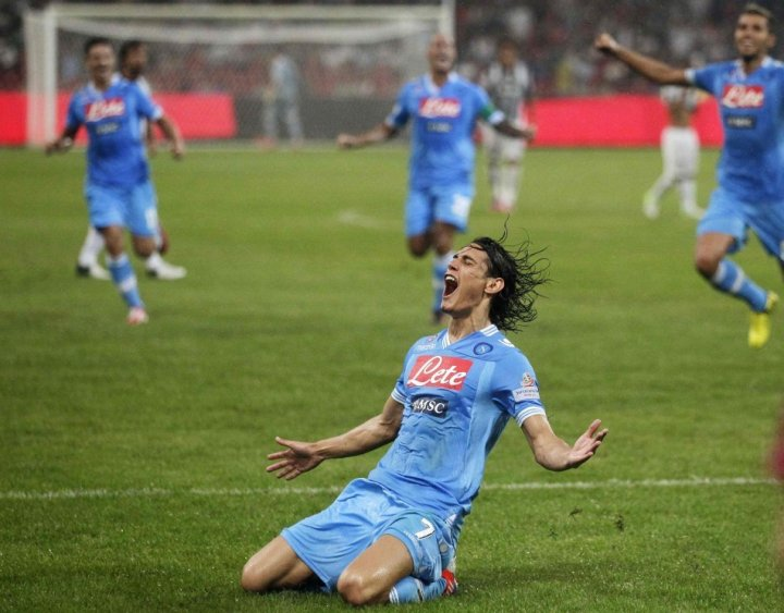 Cavani signs new contract with Napoli
