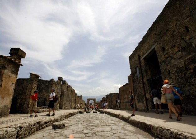 Visitors walk in Pompeii, the famous city next to Naples which was destroyed in AD 79 by the eruption of Mount Vesuvius. Rare artefacts from Pompeii will go on show at British Museum in 2013. (Photo: REUTERS/Giampiero Sposito)