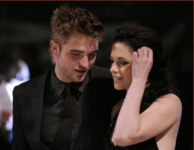 Robert Pattinson (L) and Kristen Stewart