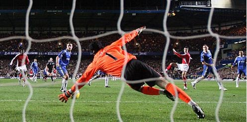 Robin van Persie scores the second and winning goal against Chelsea,November 30, 2008