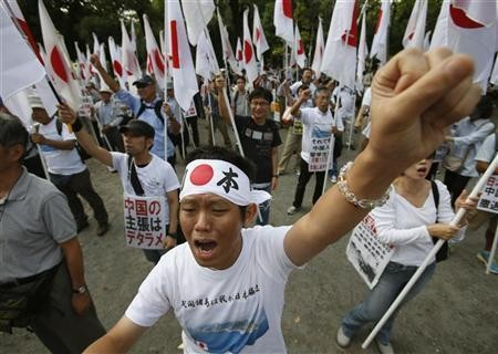 People holding Japanese national flags punch their fists during an anti-China rally in Tokyo September 22, 2012 (Photo: Reuters)