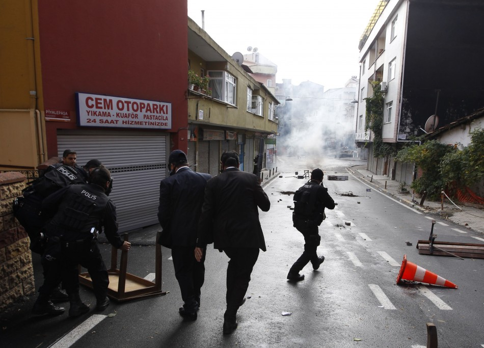 Turkish riot police clash with pro-Kurdish demonstrators