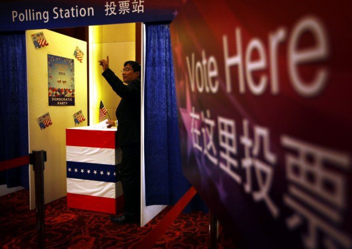 A guest at a Presidential election event, organised by the U.S. embassy, casts his vote for either U.S. President Barack Obama or Republican presidential nominee Mitt Romney at an imitation polling booth in Beijing (Photo: Reuters)