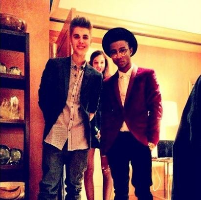 Gomez added fuel to the fire when she tweeted this photo of Bieber with Palvin in the background
