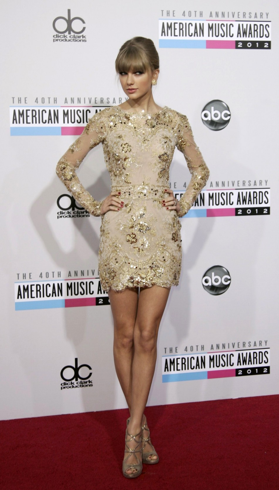 Singer Taylor Swift arrives at the 40th American Music Awards in Los Angeles