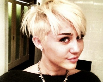 Selena Gomez Praises Miley Cyrus She is beautiful