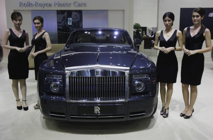 Models pose beside a Rolls-Royce Phantom Drophead Coupe during a media presentation (Photo: Reuters)