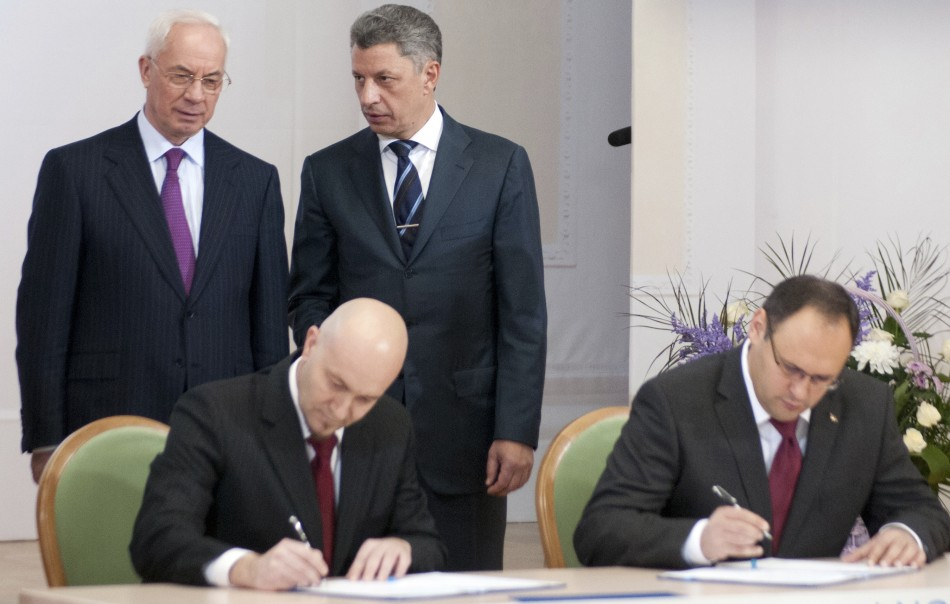 Ukrainian PM Azarov and Energy Minister Boiko talk during signing of an agreement in Kiev (Photo: Reuters)