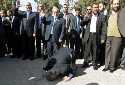 Hamas chief Khaled Meshaal prays, with his head to the ground, upon his arrival at the Rafah crossing in the southern Gaza Strip