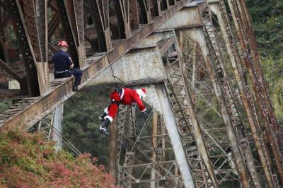 Santa stoops to deliver