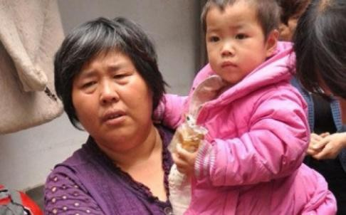 Yuan Lihai (L), owner of the shelter with one of the girls she adopted (Sina Weibo)