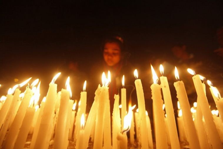 Citizens of the eastern Indian city of Kolkata hold a candlelight vigil