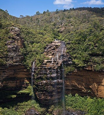 The overall height of the Wentworh falls water fall is 187 metres (Wikicomms)