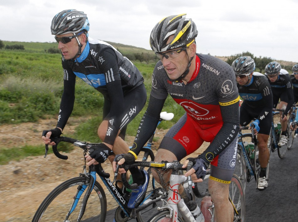 Wiggins (l) and Armstrong side by side in race