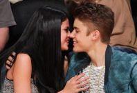 Justin Bieber (R) and Selena Gomez