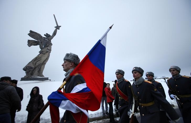 Russian soldiers march past the Mother Homeland statue