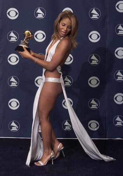 U.S. singer Toni Braxton poses with her Grammy for Best Female R&B Vocal Performance at the 43rd annual Grammy Awards on February 21, 2001 in Los Angeles. She won for her single