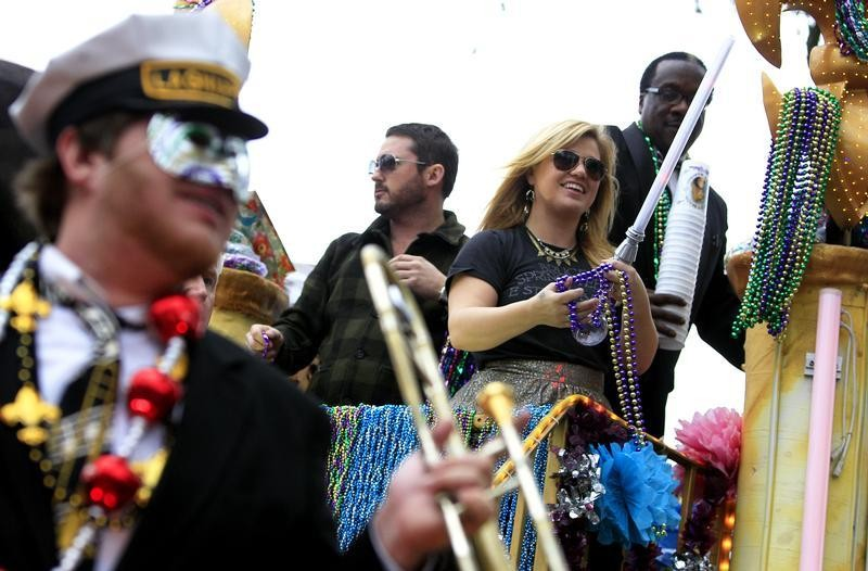 Singer Kelly Clarkson throws beads as she and members of the Krewe of Endymion parade down Orleans Avenue during the weekend before Mardi Gras in New Orleans, Louisiana February 9, 2013. Mardi Gras day will be celebrated on February 12, 2013.