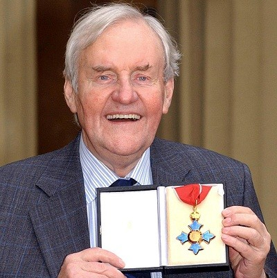 Richard Briers posing with his CBE in 2003 (Reuters)