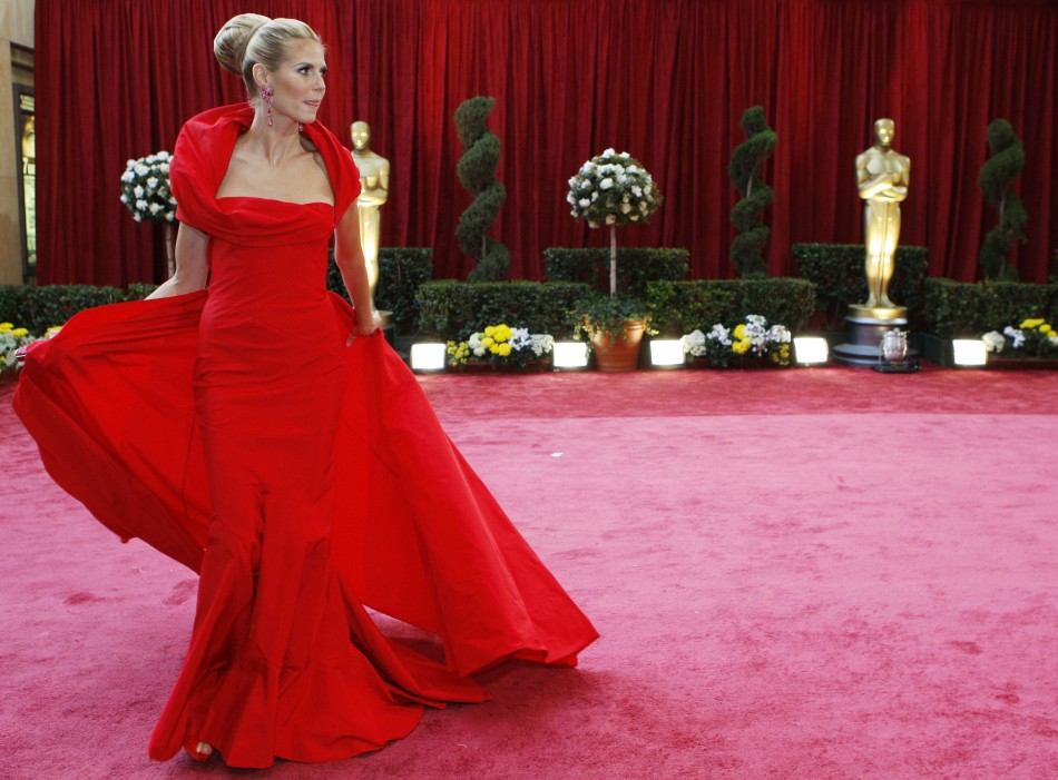 Model Heidi Klum, dressed in John Galliano, gathers her dress as she walks up the red carpet at the 80th annual Academy Awards, the Oscars, in Hollywood February 24, 2008.