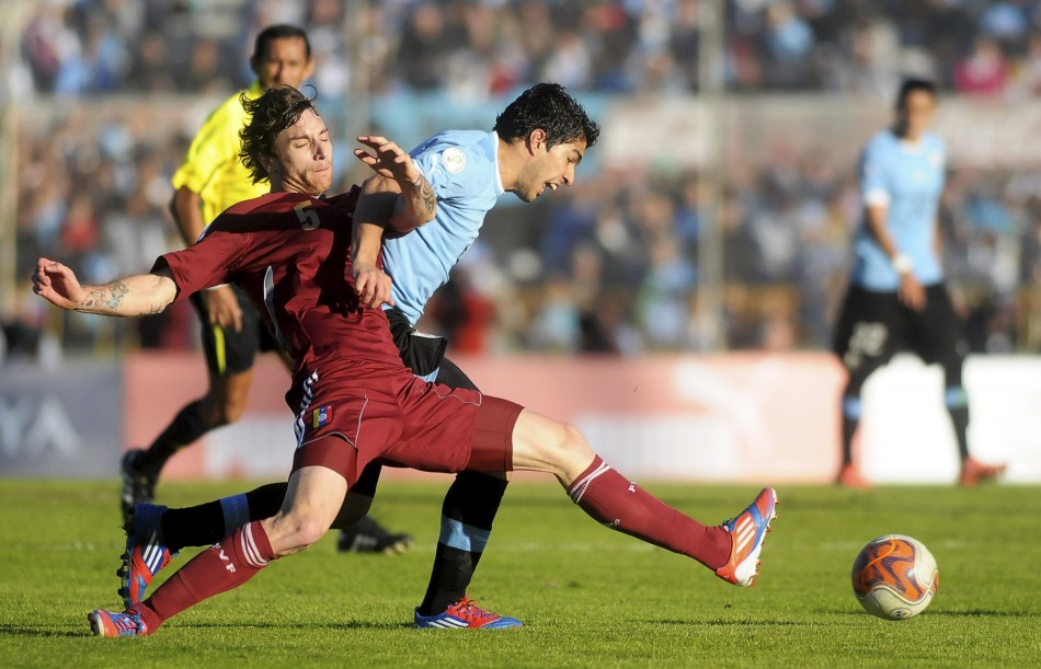 Amorebieta battling for the ball with Suarez