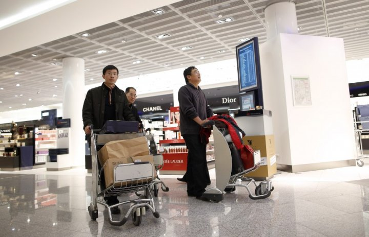 Men wheel shopping trolleys in a Duty Free store at the Fraport airport in Frankfurt November 14, 2012 (Photo: Reuters)