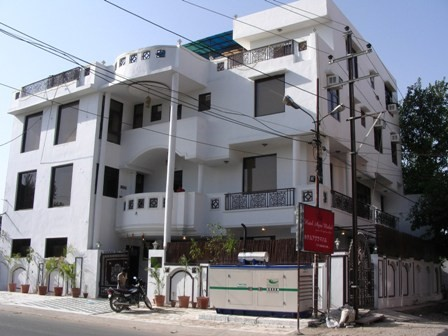 The front of Hotel Agra Mahal (TripAdvisor)