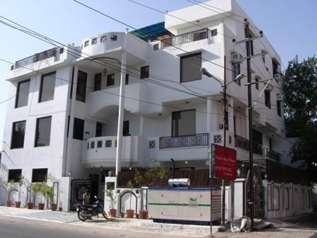 The front of Hotel Agra Mahal (TripAdvisor)