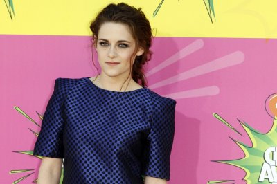 Actress Kristen Stewart arrives at the 2013 Kids Choice Awards