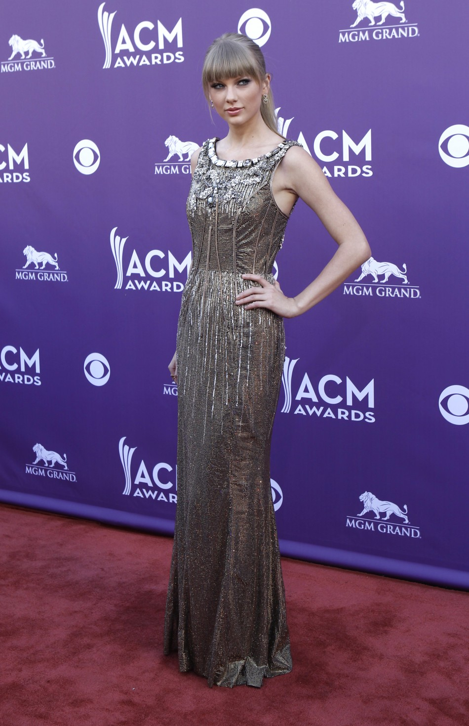 Singer Taylor Swift poses as she arrives at the 48th ACM Awards in Las Vegas, April 7, 2013.