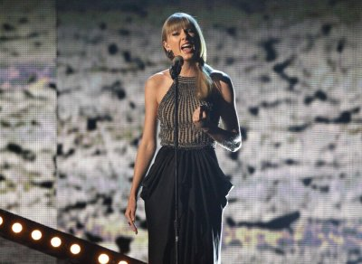 Taylor Swift performs Highway Dont Care at the 48th ACM Awards in Las Vegas, April 7, 2013.