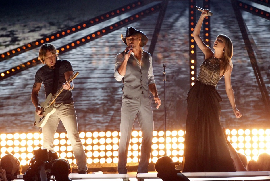 Tim McGraw C, Keith Urban and Taylor Swift perform Highway Dont Care at the 48th ACM Awards in Las Vegas, April 7, 2013.