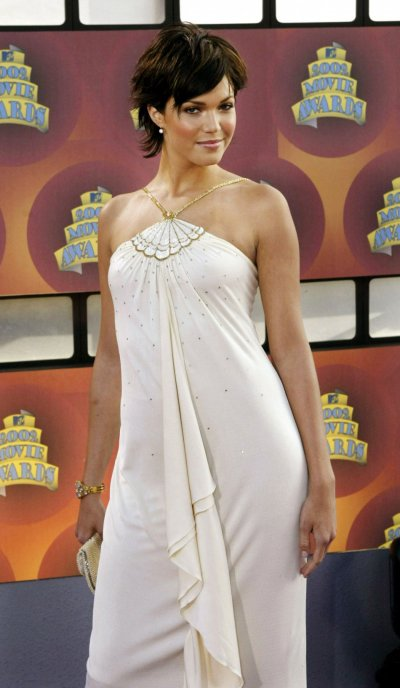 Actress Mandy Moore poses for photos after arriving at the 2002 MTV Movie Awards on June 1, 2002 in Los Angeles, California. Moore was awarded Breakthrough Performance Female for her role in A Walk to Remember.