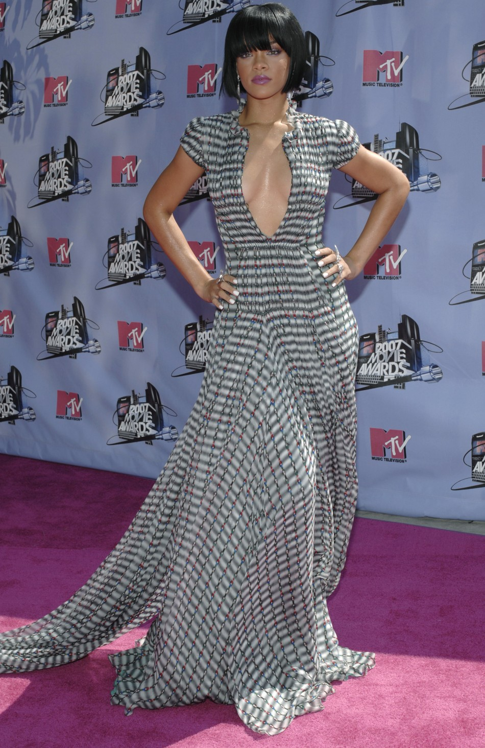 Singer Rihanna attends the 2007 MTV Movie Awards in Los Angeles, California June 3, 2007.