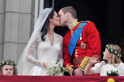 Prince William and his wife Catherine, Duchess of Cambridge kiss on the balcony of Buckingham Palace, following their wedding at Westminster Abbey in London April 29, 2011