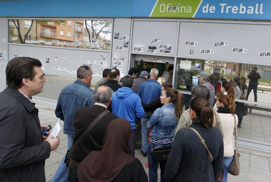 People line up at an employment office in Badalona, near Barcelona, April 25, 2013 (Photo: Reuters)