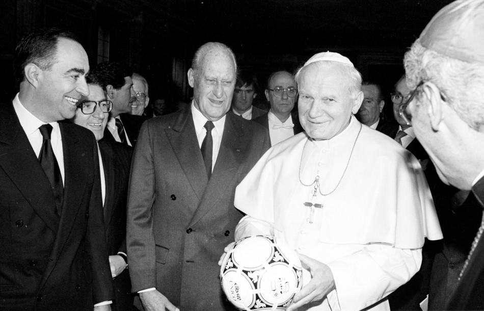 Havelange (third left) next to Pope John Paul II