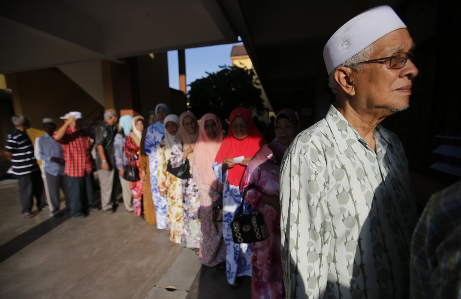 Voters queue up to cast their ballots during the general elections outside a polling station in Pekan, 300 km (186 miles) east of Kuala Lumpur May 5, 2013. Malaysians vote on Sunday in an election that could weaken or even end the rule of one of the world