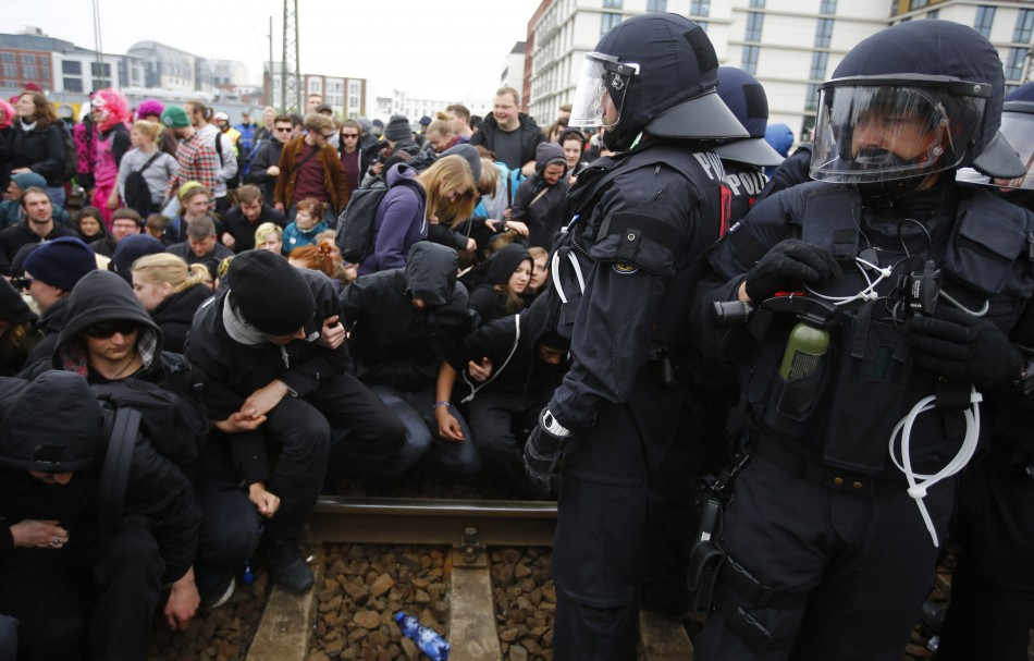 German riot police stop left-wing protestors on the railway tracks during a demonstration against a right-wing rally in Frankfurt, May 1, 2013. (Photo: Reuters)