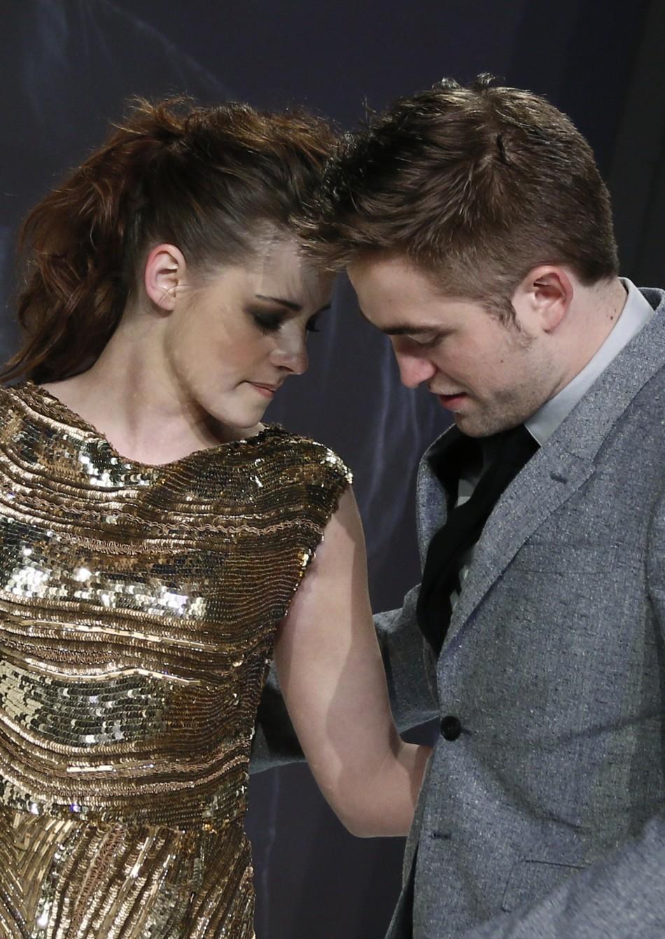 Robert Pattinson (R) and Kristen Stewart