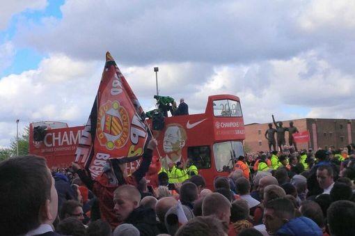 Crowd gathers around red bus PIC: Pete Bainbridge via Twitter