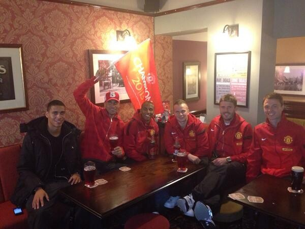 Manchester Utd players sip juice in pub - except Irishman Jonny Evans, who chose Guiness