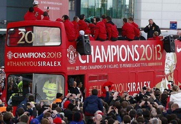 Sir Alex addresses crowd on bus at Old Trafford PIC: Rahul @forevrutd