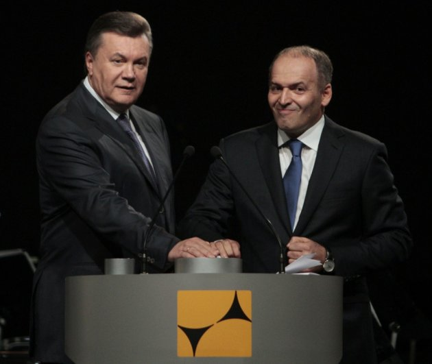 Ukraine's President Viktor Yanukovich (L) and tycoon Viktor Pinchuk take part in a ceremony to open a new Interpipe Steel mill in Dnipropetrovsk October 4, 2012. (Photo: Reuters)