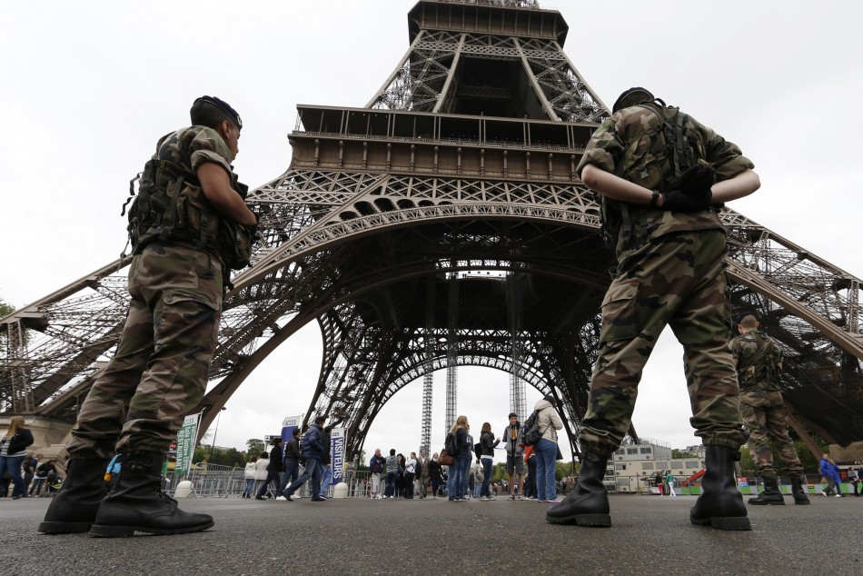 French soldier stabbed in Paris